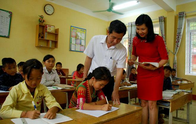Đồng chí Vũ Lê Chung Anh - Chủ tịch UBND huyện Trạm Tấu kiểm tra công tác dạy học tại Trường Phổ thông dân tộc bán trú Tiểu học và THCS Bản Mù.