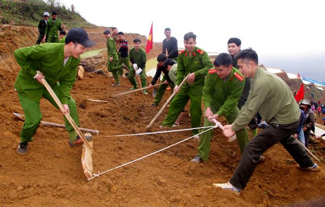Đoàn viên thanh niên Công an huyện Trạm Tấu tích cực tham gia khai hoang ruộng bậc thang.