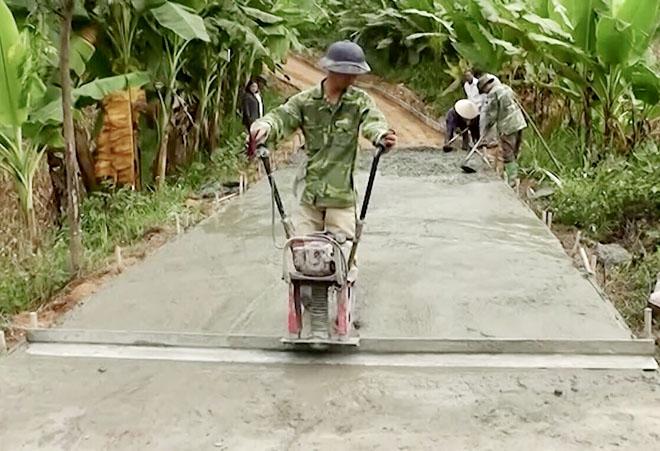Nhân dân xã An Bình tham gia kiên cố hóa đường giao thông nông thôn.