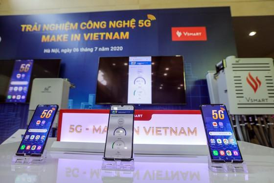 Sản phẩm điện thoại thông minh Vsmart Aris 5G của VinSmart trưng bày tại triển lãm.