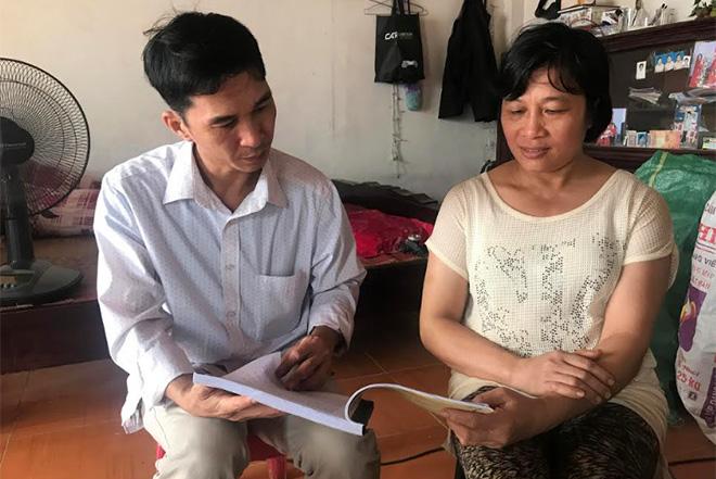 Cán bộ văn hóa xã Tân Đồng tuyên truyền, phổ biến, giáo dục pháp luật cho người dân.