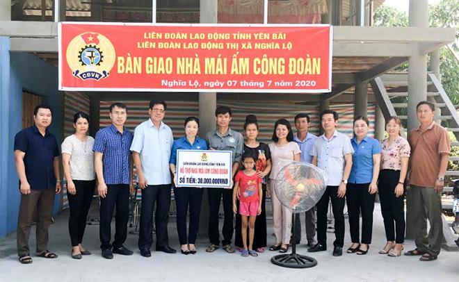 Lãnh đạo thị xã Nghĩa Lộ trao 30 triệu đồng cho đoàn viên Lường Văn Trường.