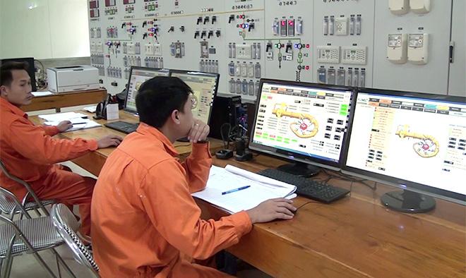 Công nhân Nhà máy Thủy điện Văn Chấn trong giờ làm việc.