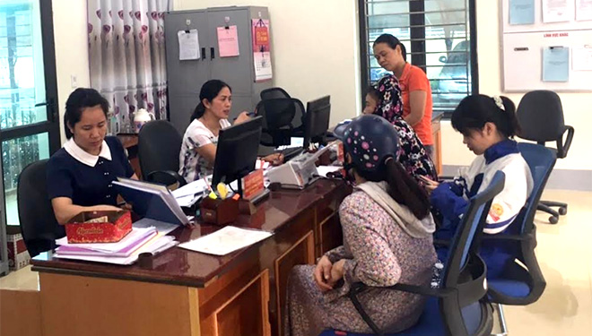 Cán bộ Bộ phận Phục vụ hành chính công phường Trung Tâm, thị xã Nghĩa Lộ tiếp nhận, giải quyết thủ tục hành chính.