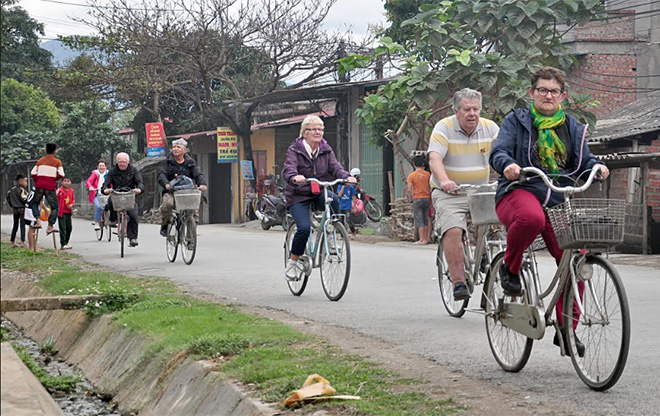 Du khách nước ngoài thích thú khi đạp xe khám phá các làng bản của người Thái Nghĩa Lộ - Mường Lò.