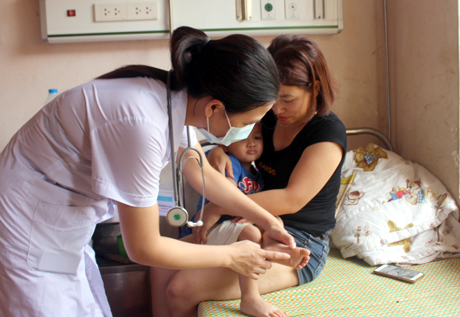 Khi phát hiện trẻ có dấu hiệu nghi ngờ mắc bệnh cần đưa trẻ đi khám hoặc thông báo ngay cho cơ quan y tế gần nhất.