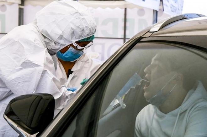 Người dân tại Almaty, thành phố lớn nhất Kazakhstan lấy mẫu xét nghiệm COVID-19.
