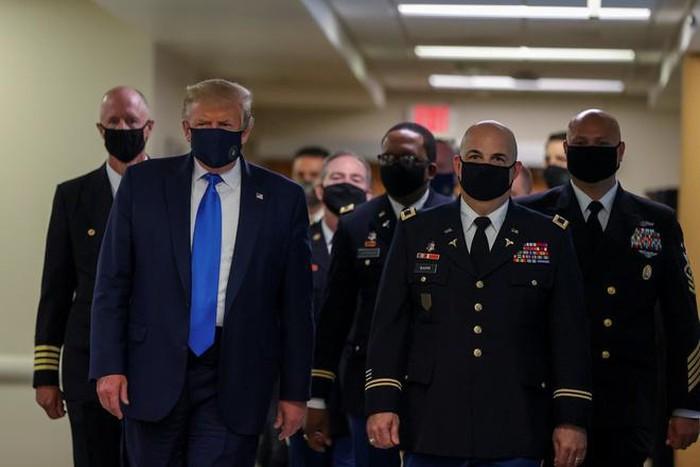 Tổng thống Donald Trump đeo khẩu trang khi đi trên hành lang trong chuyến thăm Trung tâm y tế quân sự quốc gia Walter Reed ở Bethesda, Maryland ngày 11/7.