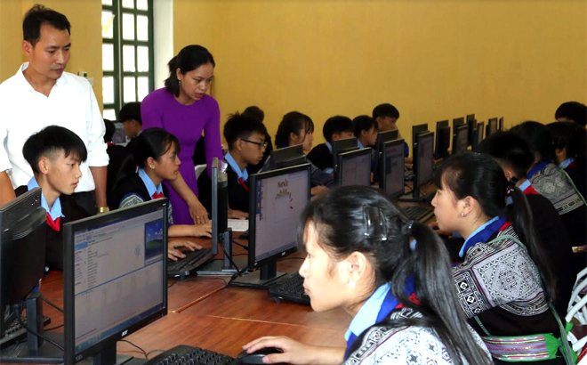 Thầy và trò Trường Phổ thông Dân tộc nội trú Trung học cơ sở Mù Cang Chải trong giờ học môn Tin học. (Ảnh: A Mua)