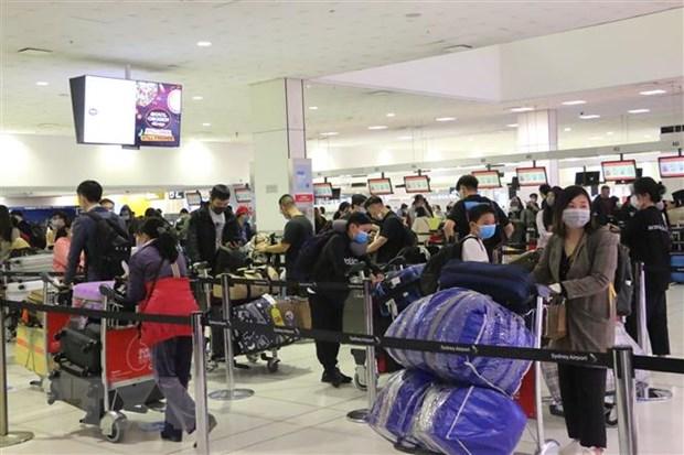Công dân Việt Nam xếp hàng làm thủ tục lên máy bay của Vietnam Airlines tại sân bay quốc tế Sydney để khởi hành về nước, ngày 3/7/2020.