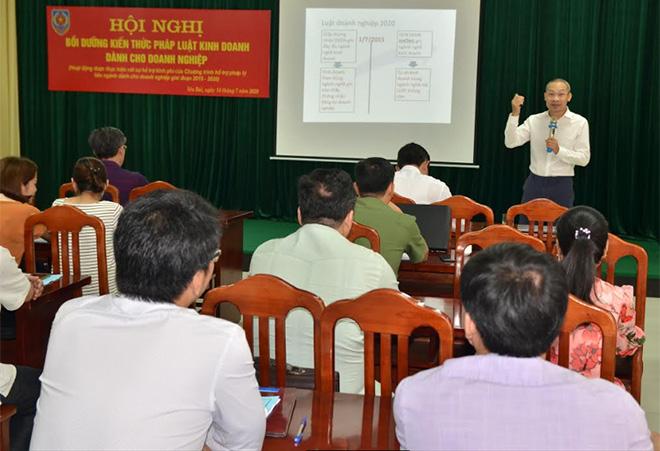 """Tiến sỹ Phan Đức Hiếu – Phó Viện trưởng, Viện Nghiên cứu quản lý kinh tế Trung ương thuộc Bộ Kế hoạch và Đầu tư giới thiệu chuyên đề """"Luật Doanh nghiệp 2020"""" cho các đại biểu tham dự."""