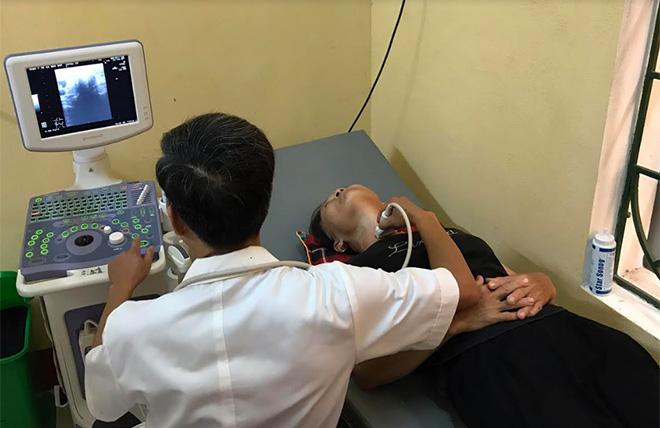 Cán bộ Trạm Y tế xã Báo Đáp thực hiện ca siêu âm cho người bệnh.