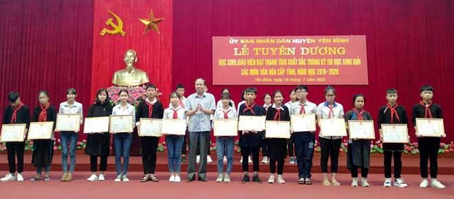 Đồng chí Nguyễn Dũng Giang - Phó bí thư Thường trực Huyện uỷ, Chủ tịch HĐND huyện trao thưởng cho các em học sinh xuất sắc đoạt giải học sinh giỏi cấp tỉnh năm học 2019-2020.