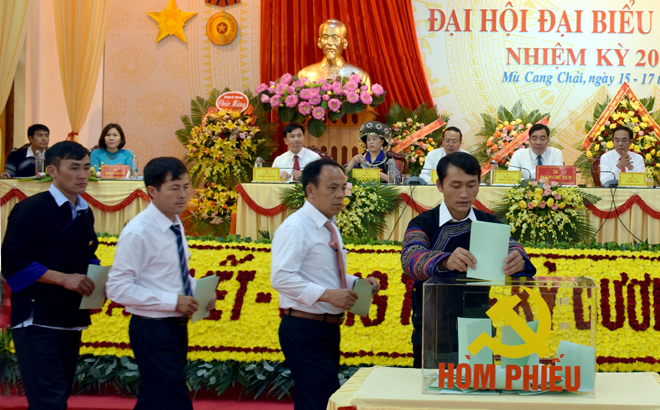 Các đại biểu bỏ phiếu bầu trực tiếp chức danh Bí thư Huyện ủy khóa XIX, nhiệm kỳ 2020 - 2025 tại Đại hội.