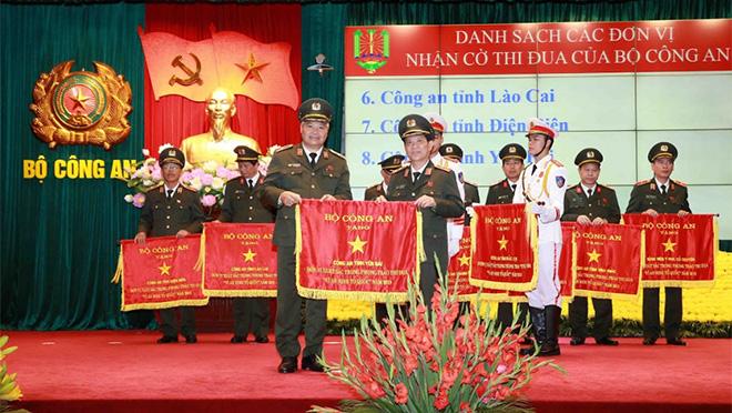 """Bộ Công an tặng Cờ đơn vị xuất sắc trong phong trào thi đua """"Vì an ninh Tổ quốc"""" năm 2019 cho Công an tỉnh Yên Bái."""
