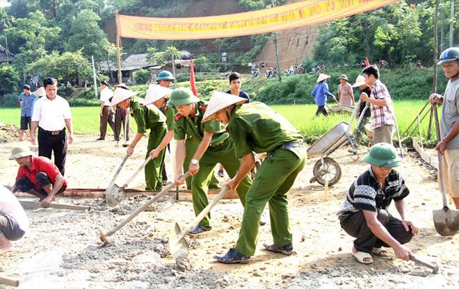 Phát huy tinh thần xung kích, sáng tạo, đảng viên trẻ Công an tỉnh tham gia giúp nhân dân xây dựng đường giao thông nông thôn.