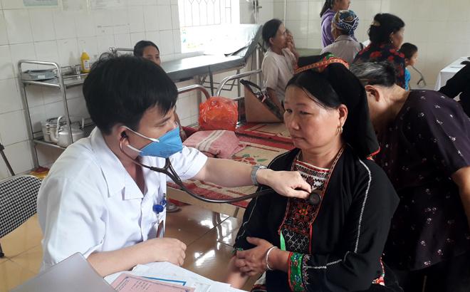 Bác sỹ Trung tâm Y tế Yên Bình khám, tư vấn sức khoẻ cho người dân.