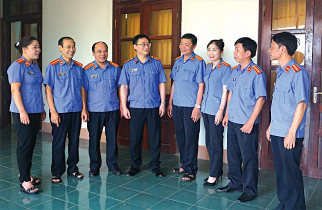 Viện trưởng Viện KSND tỉnh Nguyễn Hoài Nam trao Bằng khen của Viện KSND Tối cao cho các cá nhân có thành tích xuất sắc năm 2019.