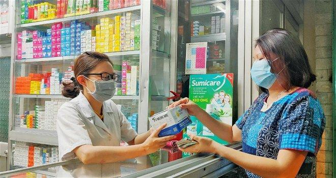 Hiệu thuốc phải hướng dẫn người ho, sốt đến mua thuốc khai báo y tế (Ảnh minh họa)