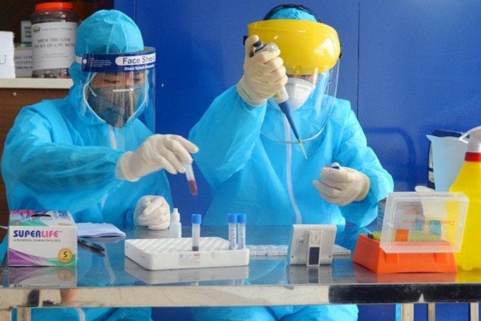 Cán bộ ngành Y tế Hà Nội lấy mẫu xét nghiệm nhanh Covid-19.