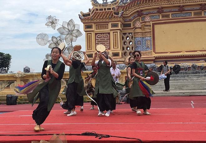 Đoàn nghệ thuật Hàn Quốc biểu diễn  phục vụ người dân và du khách tại sân khấu Bia Quốc học.