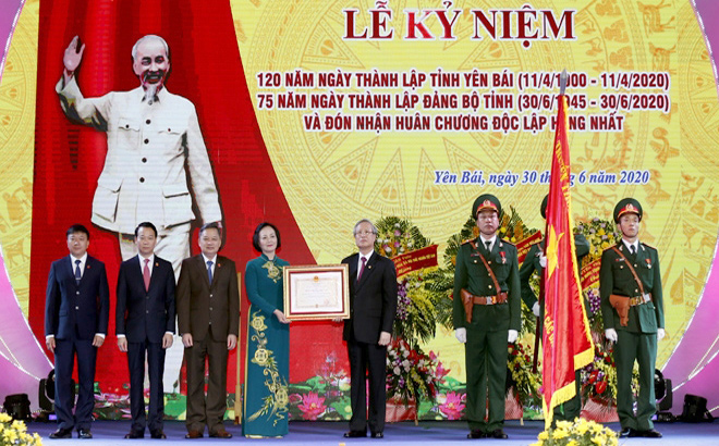 Yen Bai Province is awarded with the Independence Order.