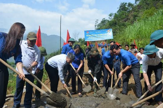 Work starts on a 2-km road to school in Suoi Dam hamlet, An Luong commune, Van Chan district