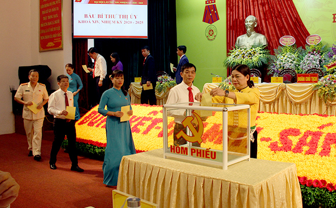 Các đại biểu bầu cử Bí thư Ban Chấp hành đảng bộ khóa XIV trực tiếp tại đại hội.