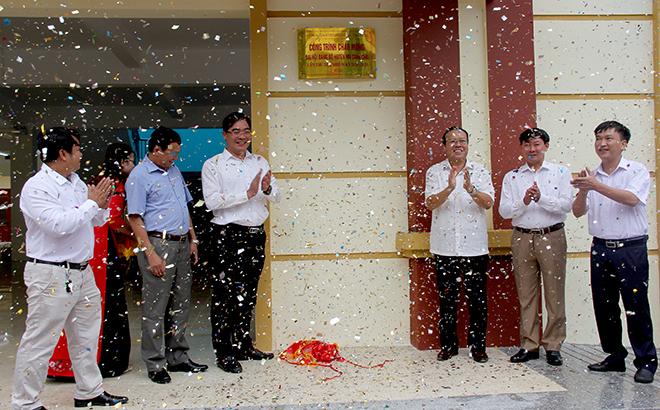 Lãnh đạo huyện Mù Cang Chải cắt băng khánh thành chợ trung tâm huyện Mù Cang Chải.