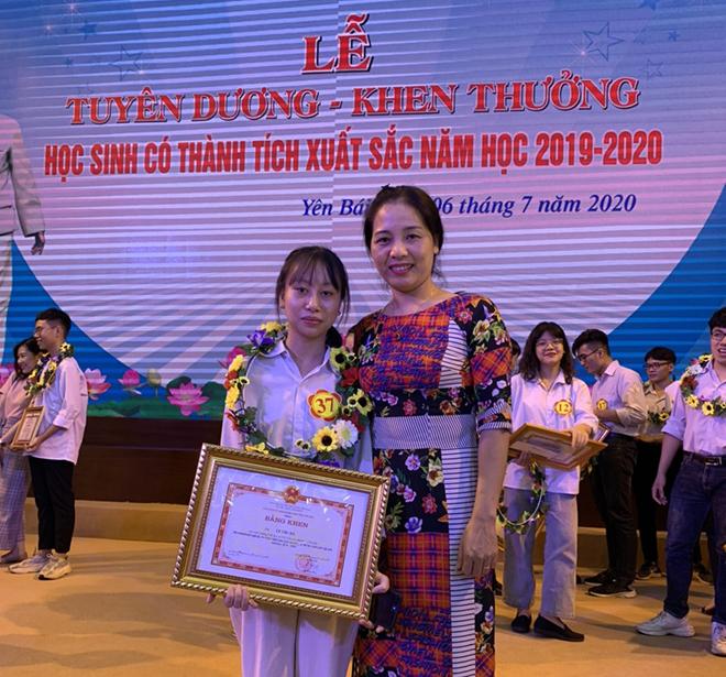 Em Lê Thu Hà và cô giáo Nguyễn Thị Thanh Huyền - Hiệu trưởng Trường Tiểu học và THCS Âu Lâu tại Lễ tuyên dương khen thưởng học sinh có thành tích xuất sắc năm học 2019-2020.