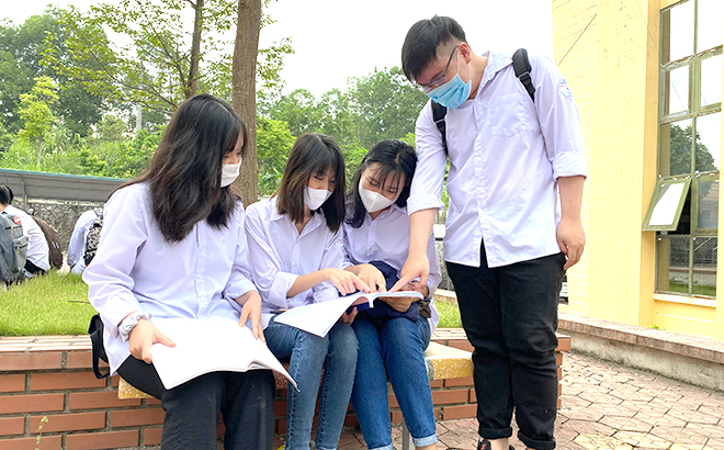 Students discuss before taking the exam.