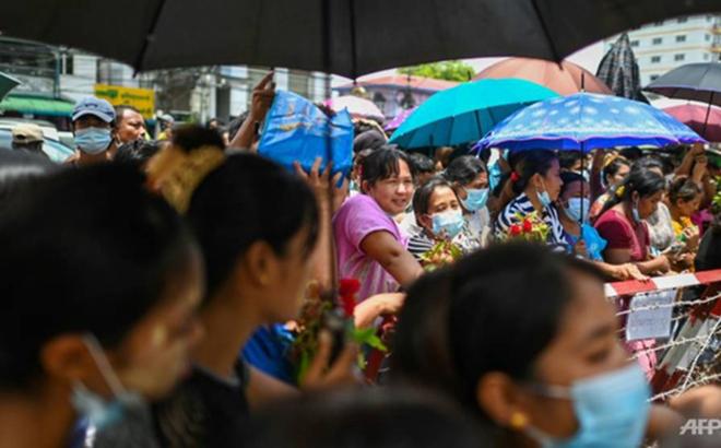 Khoảng 200 người tụ tập bên ngoài nhà tù Insein để chờ người thân được thả ra trong chiều 30-6-2021