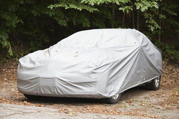 Bạt phủ xe có tác dụng lớn khi đỗ xe lâu ngoài trời.