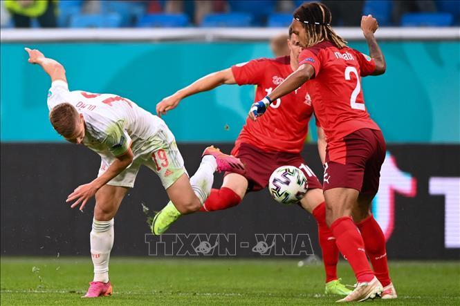 Hậu vệ Kevin Mbabu (phải), đội Thụy Sĩ tranh bóng với trung vệ Daniel Olmo, đội Tây Ban Nha trong trận đấu tại vòng tứ kết Giải vô địch bóng đá châu Âu (EURO) 2020, trên sân vận động Saint Petersburg, Nga, ngày 2/7/2021. (Ảnh minh họa).