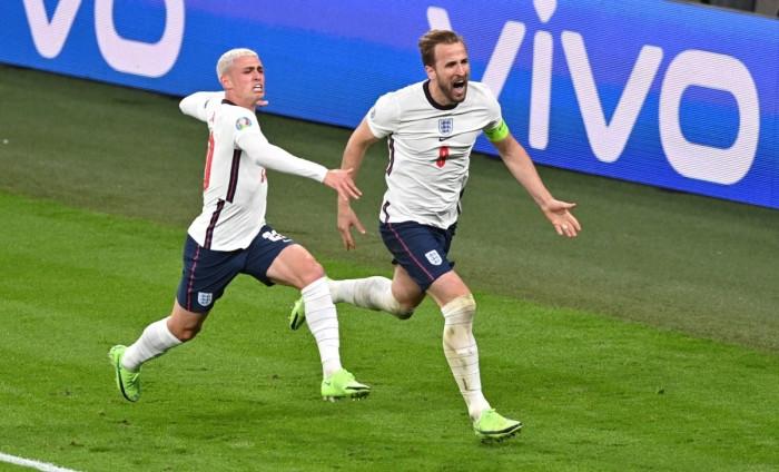 Kane ăn mừng bàn thắng vào lưới Đan Mạch.