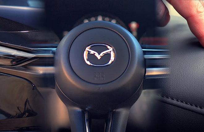Logo của Mazda trên nắp túi khí sau nhiều năm sử dụng bị giòn và có thể gây nguy hiểm cho lái xe. (Ảnh: Motorbiscuit).