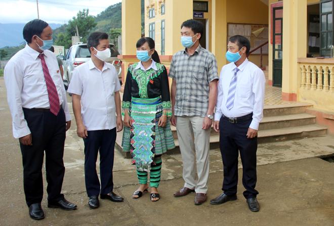 Các đồng chí lãnh đạo huyện Trạm Tấu trao đổi với lãnh đạo xã Xà Hồ về tình hình phát triển kinh tế - xã hội tại địa phương.