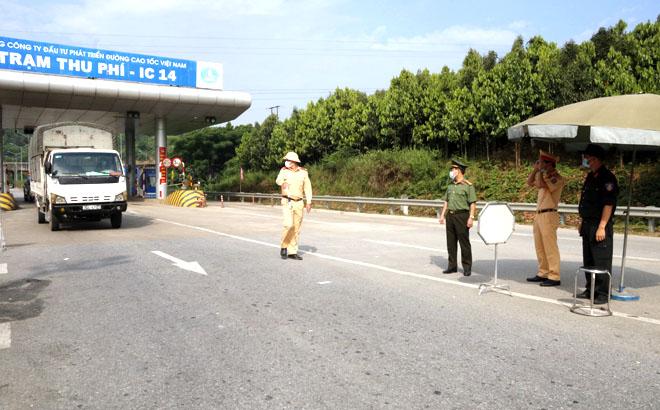 Kiểm soát các phương tiện vận tải tại chốt kiểm dịch nút giao IC 14, cao tốc Nội Bài- Lào Cai, đoạn qua địa phận huyện Văn Yên.