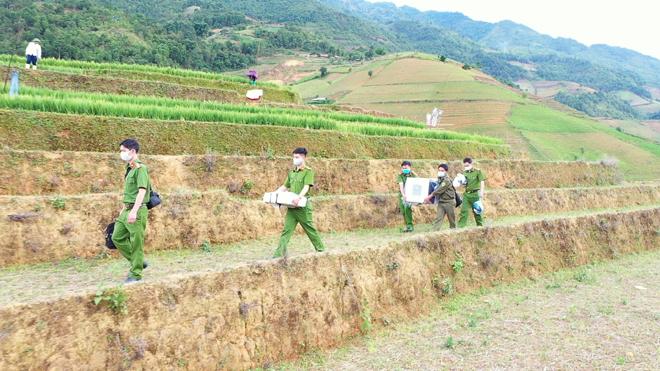 Cán bộ, chiến sỹ Đội Quản lý hành chính về trật tự xã hội, Công an huyện Mù Cang Chải băng rừng vượt núi đến các thôn, bản xa phục vụ đồng bào làm căn cước công dân.