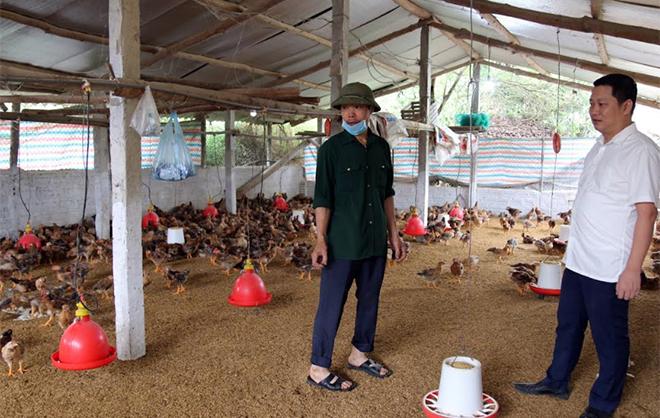 Bí thư Đảng ủy xã An Thịnh Lưu Trung Kiên động viên người dân phát triển chăn nuôi gia cầm.