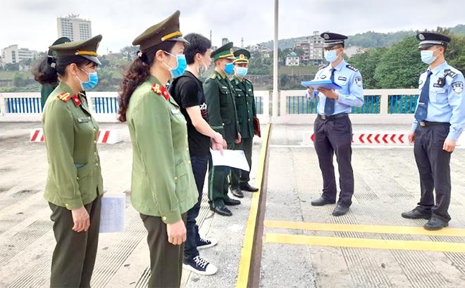 Công an tỉnh Yên Bái làm thủ tục trao trả người Trung Quốc nhập cảnh trái phép vào Việt Nam.