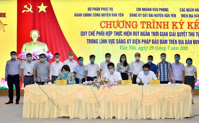 Lãnh đạo huyện Văn Yên, đại diện các phòng ban, các xã của huyện chứng kiến Lễ ký kết quy chế phối hợp.