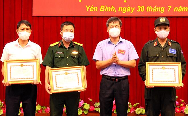 Đồng chí Ngô Hạnh Phúc - Phó Chủ tịch UBND tỉnh tặng bằng khen cho các cá nhân hoàn thành xuất sắc nhiệm vụ trong Diễn tập KVPT huyện Yên Bình năm 2021.