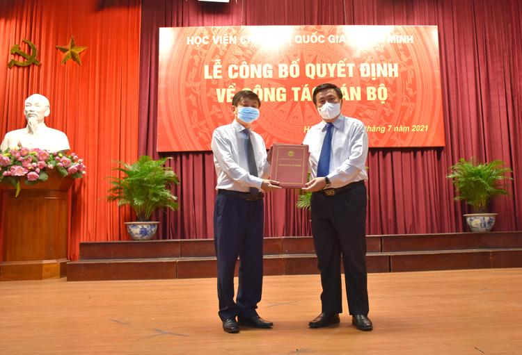 GS.TS. Nguyễn Xuân Thắng, Ủy viên Bộ Chính trị, Giám đốc Học viện Chính trị quốc gia Hồ Chí Minh trao quyết định bổ nhiệm cho ông Phạm Minh Sơn.