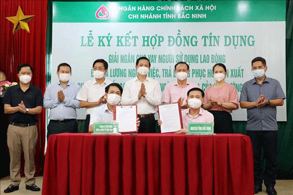 Chi nhánh NHCSXH tỉnh Bắc Ninh ký hợp đồng tín dụng, giải ngân cho vay Công ty cổ phần May Đáp Cầu và Công ty TNHH Viet Pacific Clothing.