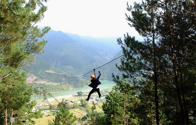 A player enjoys the over-1km-long zipline in Tu Le commune.