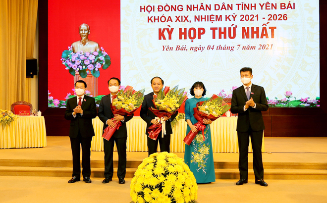 Member of the Party Central Committee and Secretary of the provincial Party Committee Do Duc Duy, and Chairman of the People's Committee Tran Huy Tuan congratulated newly elected head and deputy heads of the 19th People's Council of Yen Bai.