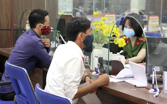 Người dân đến làm các thủ tục hành chính tại Trung tâm Phục vụ hành công tỉnh. (Ảnh: Thu Trang)