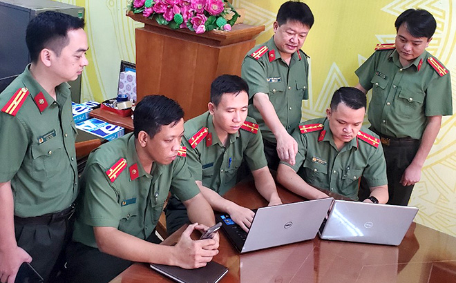 Thượng tá Nguyễn Thành Phương - Trưởng phòng An ninh chính trị nội bộ, Công an tỉnh (thứ ba từ phải sang) trao đổi nghiệp vụ đấu tranh trên không gian mạng với cán bộ, chiến sĩ an ninh mạng.