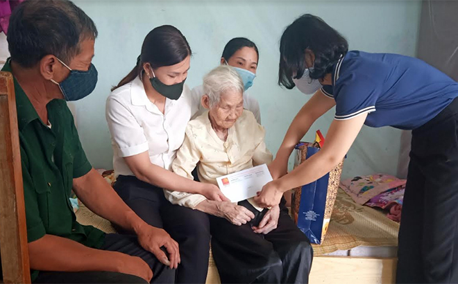 Representatives of the Van Chan hydropower plant visit and present gifts to heroic Vietnamese mother Nguyen Thi Coi.